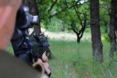 Охотник направляет на оружие Визировать бочонок оружия на стоковая фотография