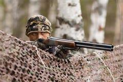 Охотник направляя от заднего плетения камуфлирования Стоковые Фотографии RF
