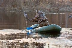 Охотник на шлюпке с заполненными утками Стоковое Фото