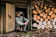 Охотник около охотничьего домика Стоковые Фотографии RF
