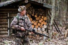 Охотник около охотничьего домика Стоковые Изображения