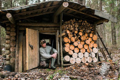 Охотник около охотничьего домика Стоковая Фотография