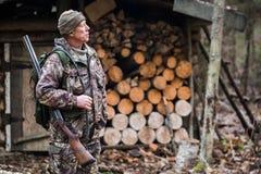 Охотник около охотничьего домика Стоковое фото RF