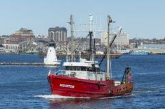 Охотник рыболовецкого судна покидая New Bedford Стоковая Фотография RF