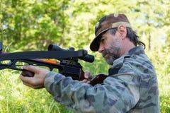 Охотник снимает арбалет стоковое фото