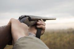 Охотник со старым охотясь Riffle ждать молит в древесинах стоковая фотография