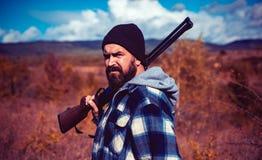 Охотник с корокоствольным оружием на охоте звероловство Закрытый и открытый сезон звероловства Звероловство практика убийства или стоковые изображения