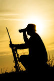 Охотник с корокоствольным оружием в заходе солнца Стоковое Изображение RF