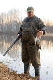 Охотник с мертвой уткой Стоковая Фотография