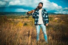 Охотник с оружием корокоствольного оружия на охоте Закрытый и открытый сезон звероловства Охота оленей стоковая фотография rf