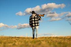 Охотник с оружием корокоствольного оружия на охоте Закрытый и открытый сезон звероловства стоковая фотография