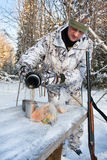Охотник льет чай от thermos Стоковое Изображение