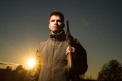 Охотящся шестерня и охотиться одежда Охотник с оружием корокоствольного оружия на охоте Закрытый и открытый сезон звероловства стоковые изображения rf