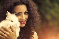 Охрана животных красивейшая женщина кролика Стоковые Фото