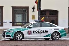 Охраните автомобиль Audi A6 припаркованный в старом городке Вильнюса Стоковые Фотографии RF