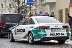 Охраните автомобиль Audi A6 припаркованный в старом городке Вильнюса Стоковое Фото