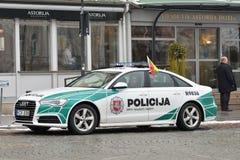 Охраните автомобиль Audi A6 припаркованный в старом городке Вильнюса Стоковые Фото