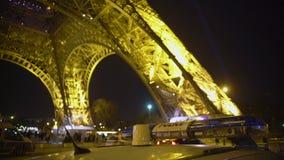 Охраните общественный порядок предохранителя около Эйфелева башни, измерений анти--терроризма в Европе видеоматериал