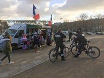 Охраните перерыв для кофе на тележке питья и туриста около путешествия Eiffel, Парижа Стоковые Фотографии RF