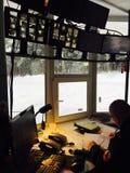Охранник писать личные данные на контрольно-пропускном пункте Стоковые Фото