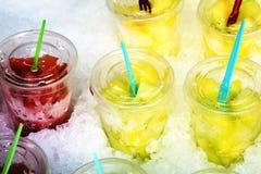 Охлаженные части плодоовощ в пластичных стеклах Стоковая Фотография RF