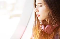 Охлаждая спокойная вскользь концепция аудио наушника Eletronic Стоковое фото RF