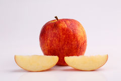 Охладите органическое свежее красное яблоко отрезанное на белой предпосылке Стоковые Изображения