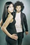 Охладите элегантных модельных пар представляя в студии смотря камеру стоковое изображение rf