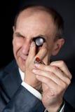 оценивая камень кольца качества человека старый Стоковые Фото