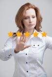 Оценка или ранжировка 5 звезд, проверять концепция Женщина определяет обслуживание, гостиницу, ресторан Стоковая Фотография