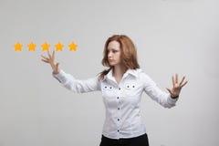 Оценка или ранжировка 5 звезд, проверять концепция Женщина определяет обслуживание, гостиницу, ресторан Стоковое Изображение