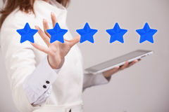 Оценка или ранжировка 5 звезд, проверять концепция Женщина определяет обслуживание, гостиницу, ресторан Стоковые Изображения RF