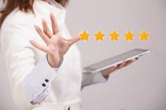 Оценка или ранжировка 5 звезд, проверять концепция Женщина определяет обслуживание, гостиницу, ресторан Стоковое Фото