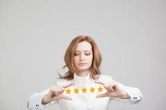 Оценка или ранжировка 5 звезд, проверять концепция Женщина определяет обслуживание, гостиницу, ресторан Стоковое фото RF