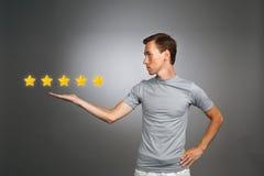 Оценка или ранжировка 5 звезд, проверять концепция Человек определяет обслуживание, гостиницу, ресторан Стоковые Изображения