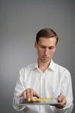 Оценка или ранжировка 5 звезд, проверять концепция Человек с ПК таблетки определяет обслуживание, гостиницу, ресторан Стоковые Фотографии RF