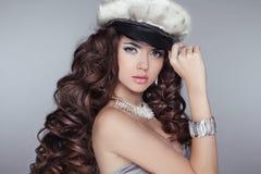 Очарование. Фасонируйте модель девушки с длинним волнистым здоровым дизайном волос стоковое фото rf