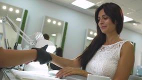 Очаровательная девушка в салоне маникюра акции видеоматериалы