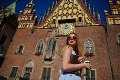 Очаровательная девушка в солнечных очках против фона красивого старого здания Стоковые Фото