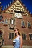 Очаровательная девушка в солнечных очках против фона красивого старого здания Стоковая Фотография