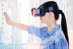Очаровательная женщина в зрении заволакивания шлемофона VR с рукой Стоковая Фотография RF