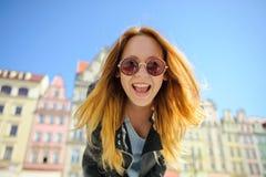 Очаровательная маленькая девочка в солнечных очках против фона красивого старого здания Стоковые Фото