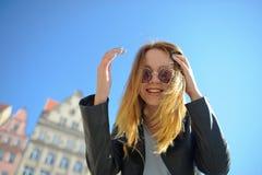 Очаровательная маленькая девочка в солнечных очках против фона красивого старого здания Стоковое фото RF