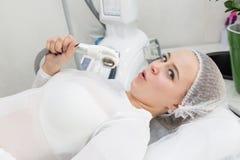 Очаровательная молодая блондинка на встрече LPG массажа стоковое фото rf