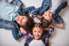 Очаровательные и жизнерадостные дети стоковые фотографии rf