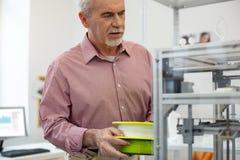 Очаровательный работник офиса принося нить для принтера 3D стоковые изображения