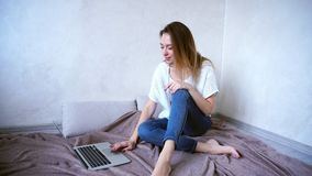 Очаровательный фрилансер девушки работая дома на компьютере, сидя дальше Стоковое фото RF