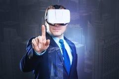 Очаровательный человек в белом пальце повышения шлемофона VR Стоковая Фотография RF