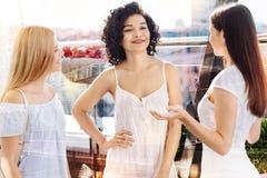 3 очаровательных женщины обсуждая новое платье Стоковое фото RF