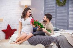 Очаровательная беременная женщина ослабляя Стоковые Изображения RF